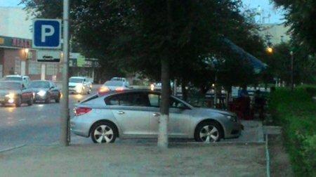 В 8 микрорайоне Актау на дереве повесился мужчина