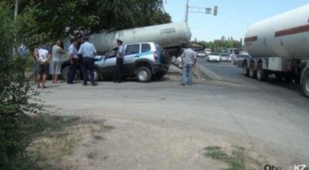 В Шымкенте столкнулись полицейское авто и ассенизаторская машина
