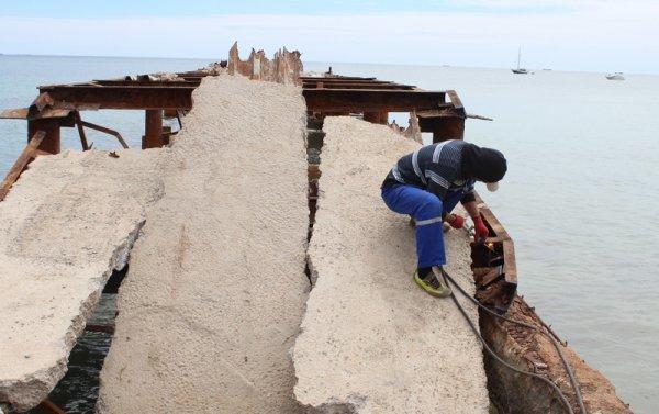 Абай Кожабаев: Волны мешают демонтировать пирс в 1 микрорайоне Актау