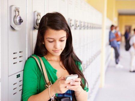 В школах Шымкента собираются запретить использование смартфонов