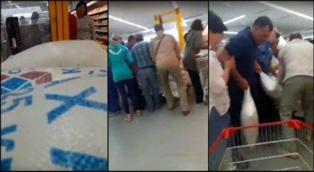 """Очевидцы сняли """"ожесточенные бои"""" за сахар в супермаркете в Кокшетау"""