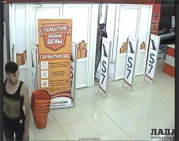 Полиция Актау разыскивает совершившего кражу в магазине «Технодом» мужчину