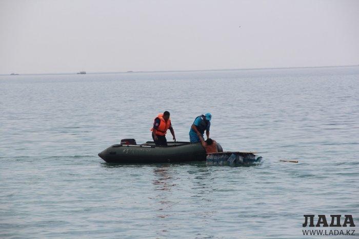 Вышедшего в море на самодельном плоту мужчину доставили на берег спасатели Актау