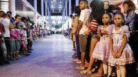 Сотни жителей Рио встретили Олимпийский огонь акцией протеста