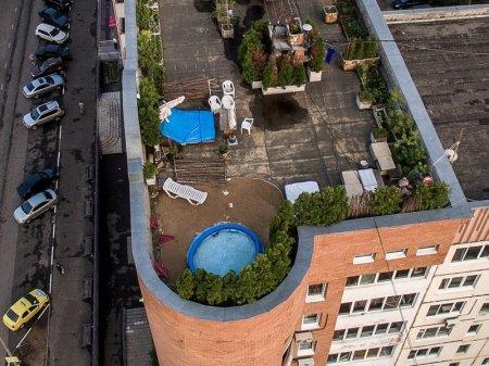 Устроивший курорт на крыше многоэтажки россиянин стал героем Интернета