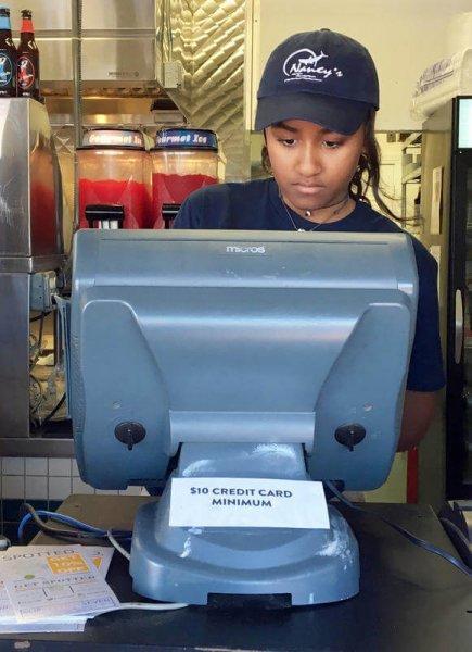 Младшая дочь Обамы устроилась работать в рыбный ресторан