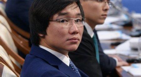 Кайрат Нуртас хочет взять автограф у Назарбаева