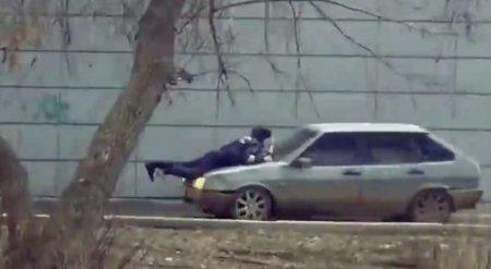 "В Актобе осудили мужчину, ""прокатившего"" на капоте полицейского"