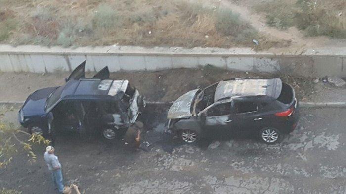 В 14 микрорайоне Актау одновременно сгорели две автомашины