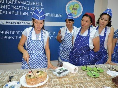 В Актау 12 безработных женщин получили сертификаты повара-кондитера