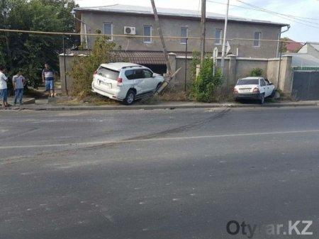 В Шымкенте водитель внедорожника снес столб и ограждение дома