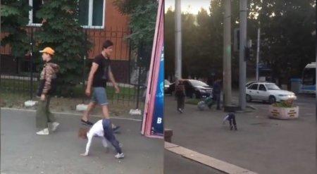 Прыгающий на четвереньках ребенок на улице удивил алматинцев
