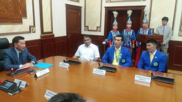 Адильбеку Ниязымбетову и Марату Джакиеву подарили новые внедорожники