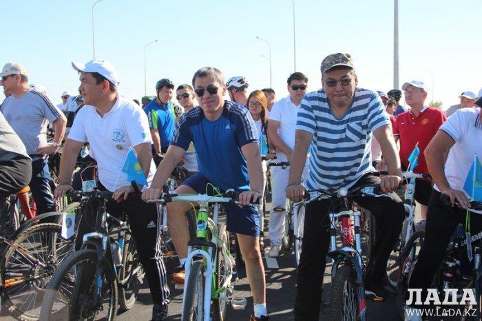 Жители Актау отметили День Конституции массовым велопробегом