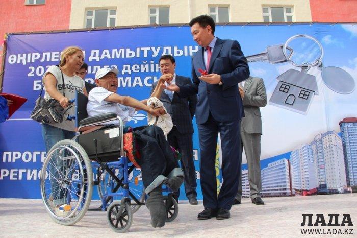 В Актау 120 очередников стали новоселами