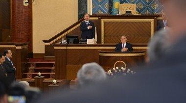 Назарбаев продемонстрировал, как исполнять Гимн Казахстана