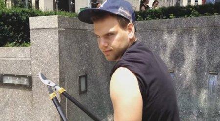 Блогер отрезает любителям селфи их палки