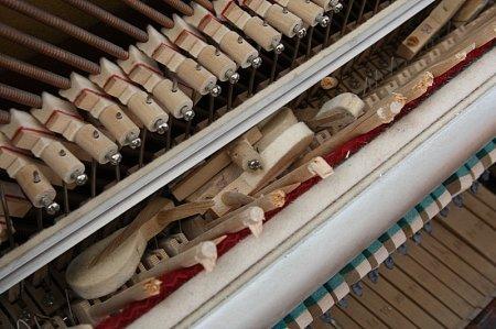 Неизвестные сломали «уличное пианино» на набережной Актау