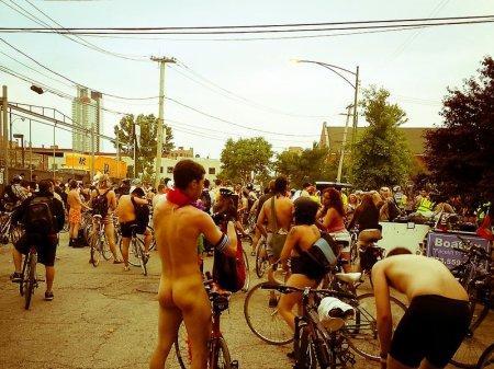 Тысячи обнаженных американцев на велосипедах выступили за экономию топлива