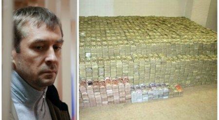 В квартире у российского полковника обнаружили тонну долларов
