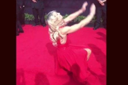 Каскадер в вечернем платье сделала кульбит на красной дорожке «Эмми»
