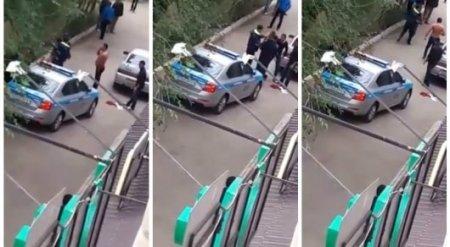 Неизвестные подрались с полицейскими в Аксае. Очевидец снял видео
