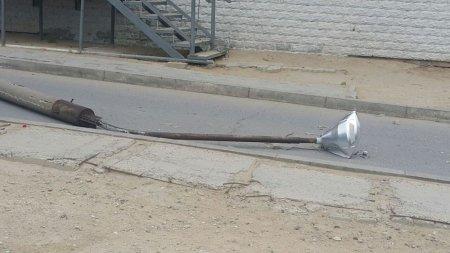 Снесшая в 9 микрорайоне Актау столб женщина-водитель скрылась с места ДТП