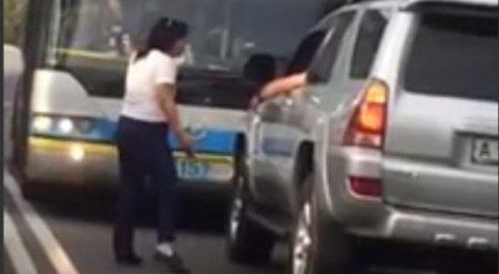 """Женщину-водителя троллейбуса уволили за выезд на """"встречку"""""""