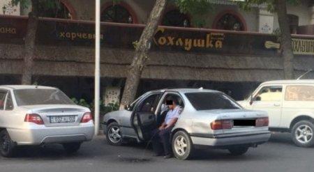 Уволен полицейский, справивший нужду, сидя в машине