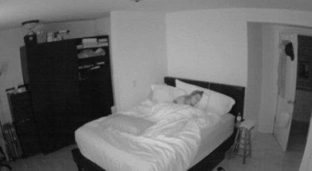 """Женщина установила скрытую камеру в своей спальне и засняла """"привидение"""""""