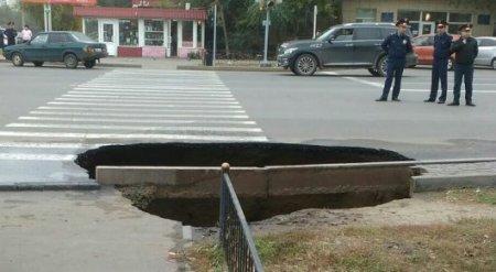 Женщина с ребенком провалились под асфальт в Павлодаре