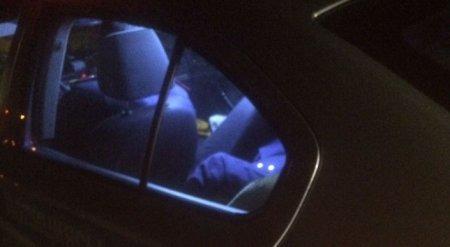 Казахстанцев возмутил спящий в машине полицейский в Атырау
