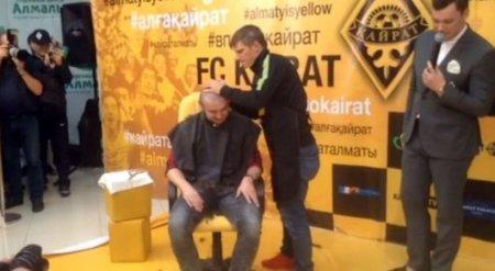 Андрей Аршавин постриг налысо казахстанского блогера