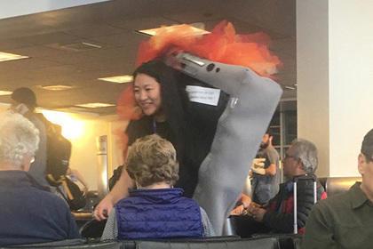 Стюардесса в костюме горящего смартфона Samsung стала звездой соцсетей
