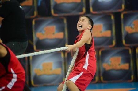 Мальчик из Уральска, с неимоверным упорством тянущий канат, растрогал зрителей до слёз