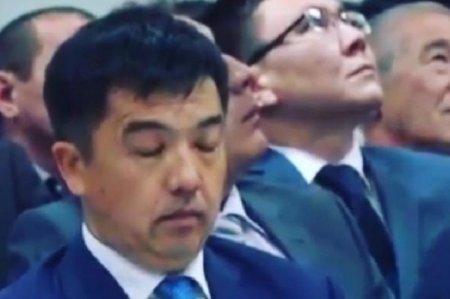 Борющегося со сном на совещании акима Актобе сняли на видео