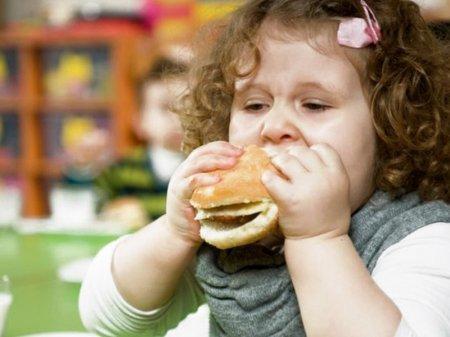 Семейные обеды перед телевизором лишают здоровья – ученые
