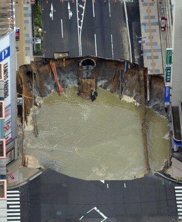 Японцы вновь удивили мир. Гигантскую дыру на дороге заделали за двое суток