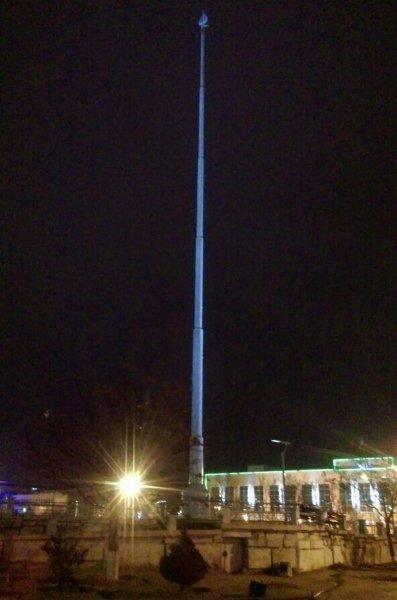 Самый большой флаг Актау сняли из-за плохой погоды