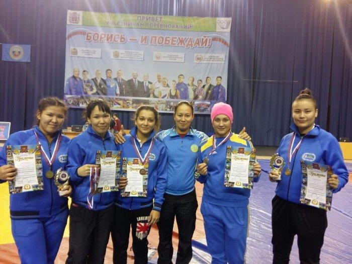 Актауские спортсменки завоевали пять медалей на турнире по вольной борьбе в России