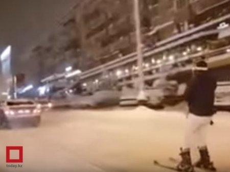 Лыжник-экстремал прокатился по центральной улице в Алматы