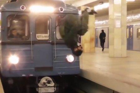 Экстремал из Москвы прыгнул прямо перед несущимся поездом в метро