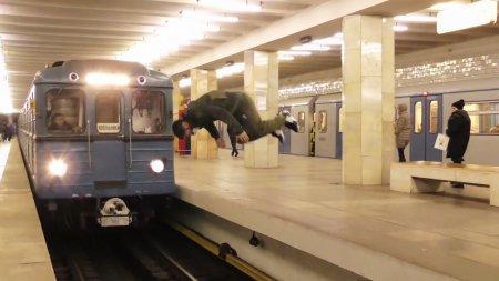 Эксперт: «Сальто перед проезжающим поездом в метро — фейк»