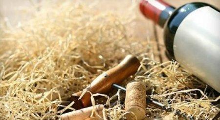 Госслужащего оштрафовали на 1,3 миллиона тенге из-за подаренной ему бутылки вина