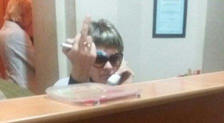 Уволенная за средний палец медработник объяснила свой жест