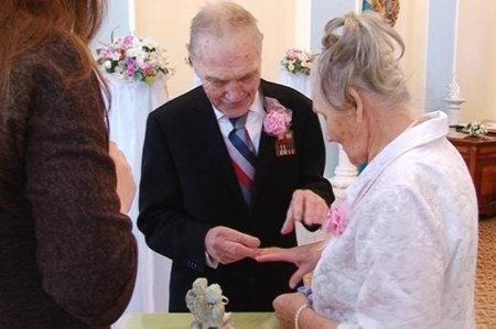«Железную» свадьбу отметили 90-летние супруги в Темиртау