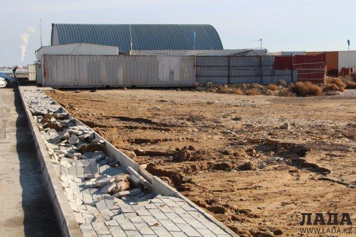В акимате Актау пообещали восстановить тротуар на набережной 1 микрорайона