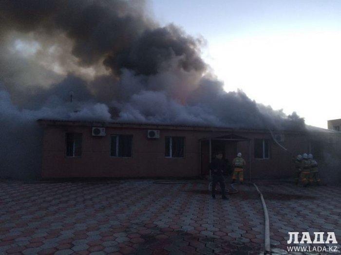 В 29А микрорайоне Актау загорелось административное здание