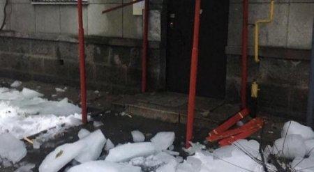 В Алматы ледяная глыба с крыши рухнула на пожилую женщину