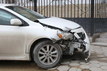 В результате ДТП в 3«Б» микрорайоне Актау автомобиль Toyota заехал на крыльцо общежития №5